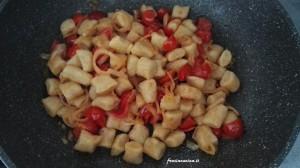 Gnocchi di patate con scalogno e pomodorini
